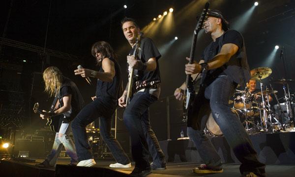 Steve Lee y su banda, en concierto.